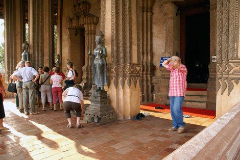 Туристы у входа в Ват Пхракео