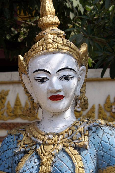 Статуя во дворе буддистского монастыря