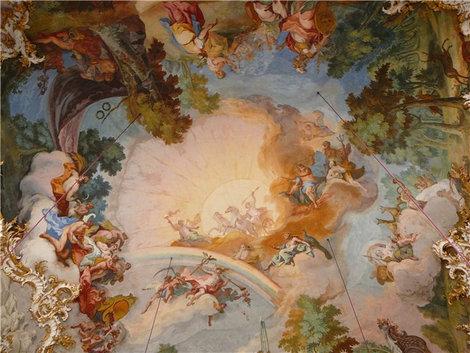 Роспись на потолке изображает Олимп, с подтекстом-долг властителя следить за сохранением мира(Нимфенбург, парадный зал)
