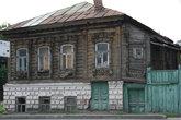 Дом на Суворова. Двери и окна 1 этажа, как будто вросли в землю.