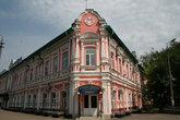 В этом доме рядом с центральным рынком находятся Почта и Волгателеком.