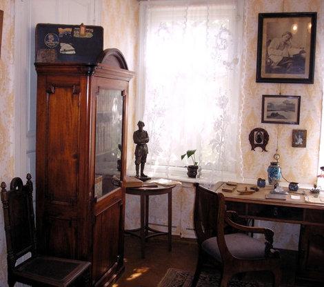 Комната, в которой жил Федор Шаляпин. На шкафу чемодан Шаляпина с наклейками.