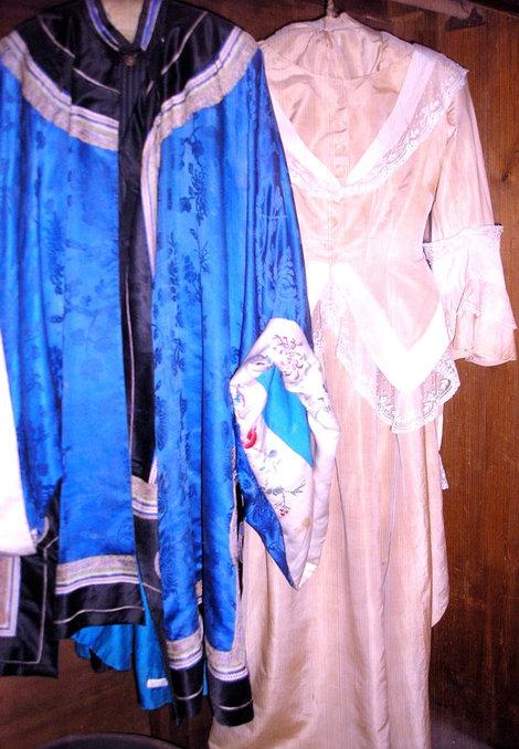 Халат Горького и платье его жены Е.П. Пешковой