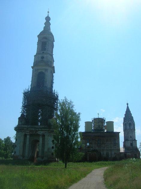 Колокольня и восстанавливаемая церковь со звонницей в Поречье