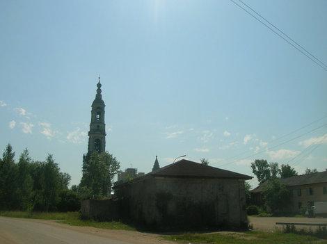 Вид на колокольню в Поречье от остановки (направление на Ростов)