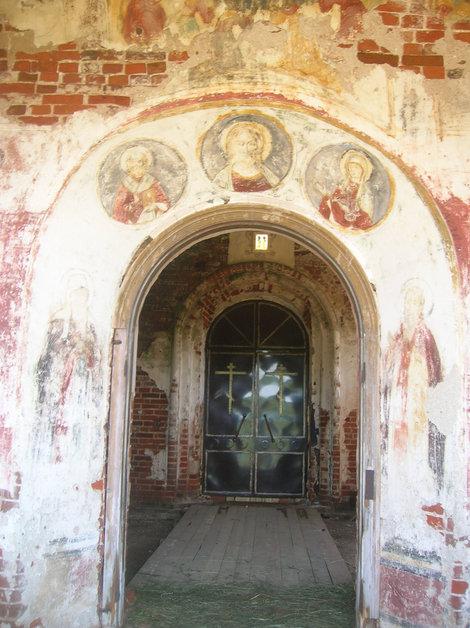 Вход в церковь в селе Поречье с частично сохранившимися фресками