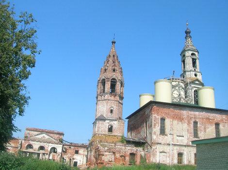 Общий вид храмового комплекса в Поречье. Колокольня справа.