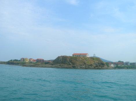 Квартал Василико с борта прогулочной лодки. На переднем плане церковь