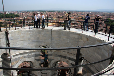 на самой вершине Пизанской башни