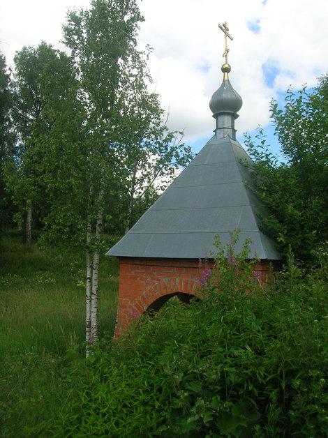 Часовенка-сень над святым источником по дороге от Черниговского скита к Боголюбивой киновии