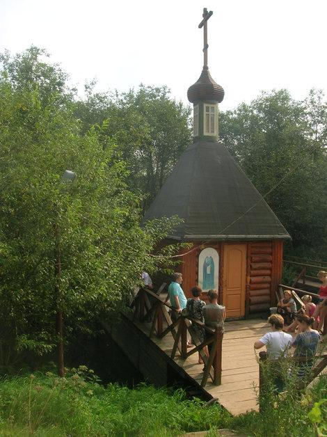 Купальня на святом источнике — прямо над рекой Пажей