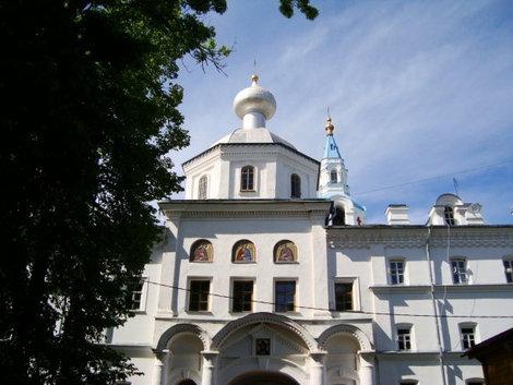 Надвратная церковь Петра и Павла (1). Под ней Святые ворота – главный вход в Центральную усадьбу монастыря. Построена в 1809 г. Южная стена внешнего монастырского каре.