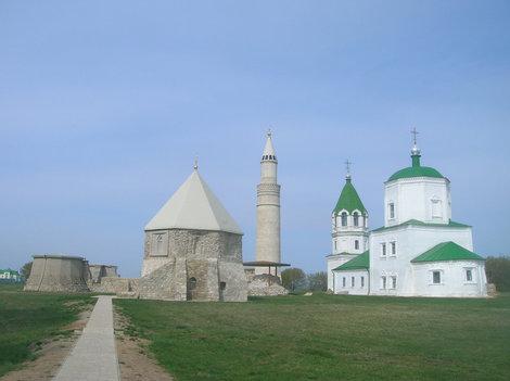 Церковь соседствует с минаретом — почти как в Казанском кремле. Внутри, впрочем, музейная экспозиция