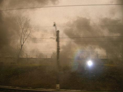 Паровозный дым за окном вагона