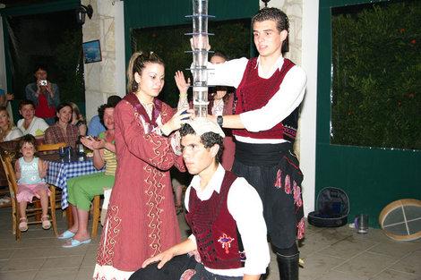 кипрские танцы со стаканами