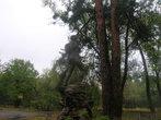 Памятник заблудившемуся геологу. Вид с дороги