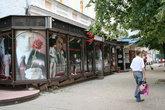 Магазины на Московской, а на заднем плане, обратите внимание, дворничиха подметает улицу.