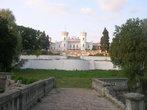 Вид на дворец с моста через пруд