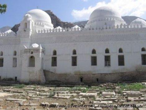 Современное кладбище рядом с мечетью в Таизе