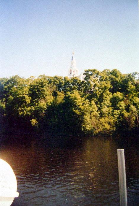 Над Монастырской бухтой на крутояре среди зелени возвышается Спасо-Преображенский собор
