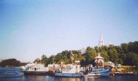 Монастырская бухта. На берегу установлена часовня в честь иконы Божьей Матери