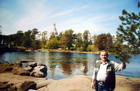 Никольский скит замечательно смотрится в солнечный день на фоне голубого неба и голубой воды