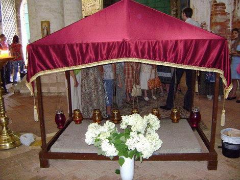 Новый Иерусалим. Плита с Гроба Господня и сосуды с миррой в Воскресенском соборе перед входом в ротонду