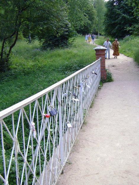 Новый Иерусалим. Современное поветрие — молодожены вышают на перилах моста через ручей (Кедронский поток) замки семейного счастья.