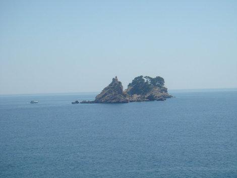Остров в океане напротив Петроваца. На вершине стоит церковь, построенная в благодарность за спасение на этом острове