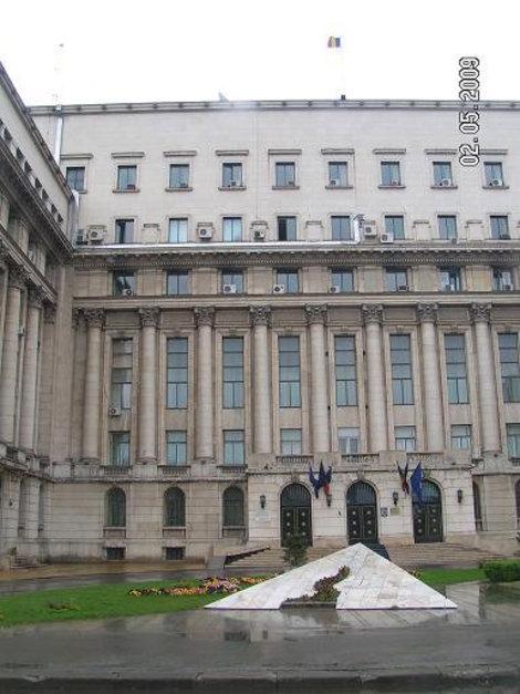 Бывшее здание ЦК и балкон, с которого выступал Чаушеску