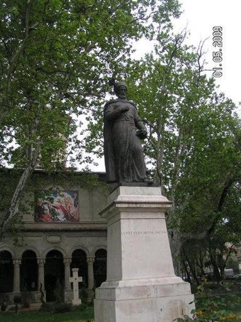 Памятник Браковяну и церковь на заднем плане