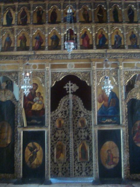 Церковь в монастыре. Справа хранятся мощи.