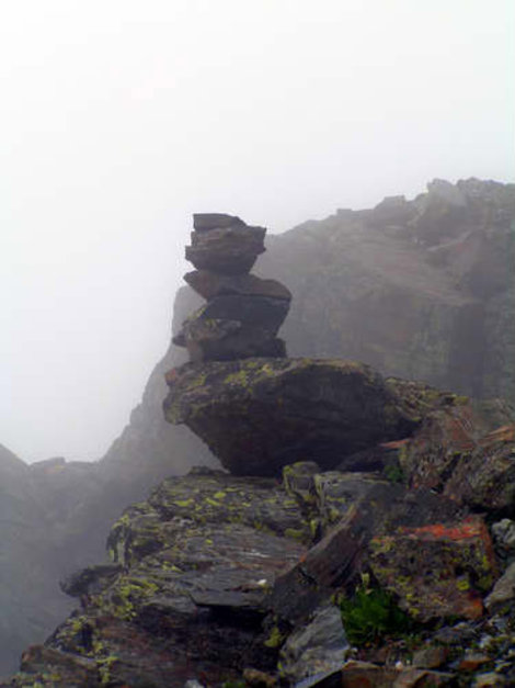Тур — несколько больших камней сложенных один на другой помогут найти дорогу в тумане