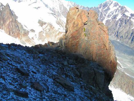 Скальный зуб на высоте 3700 м. — ориентир и место для установки промежуточного лагеря