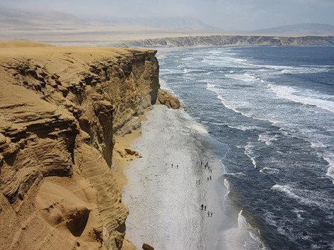 Та же пустыня Обратите внимание на разницу цвета песка..  Внизу — он серый. Это он окислился от органики Тихого океана.