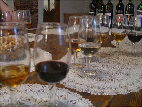 Вино, крекеры, бутылки