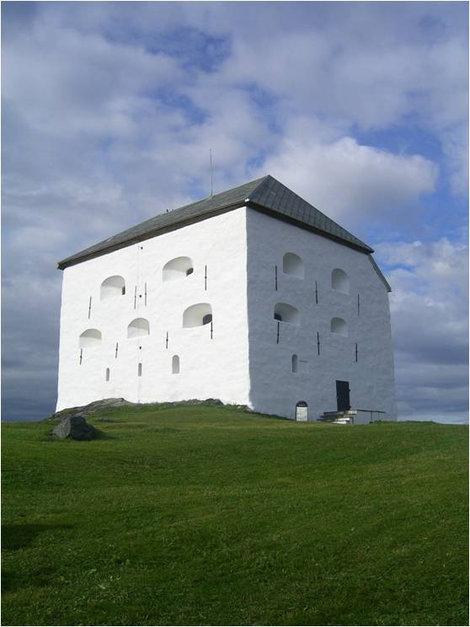 Белые стены на холме