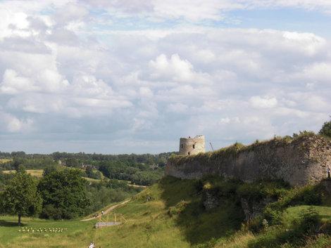На фото видна башня