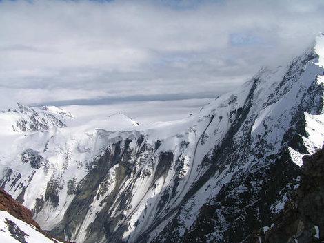 Склон Джимары, на котором находится всячая часть ледника Колка продолжает обваливаться и по сей день