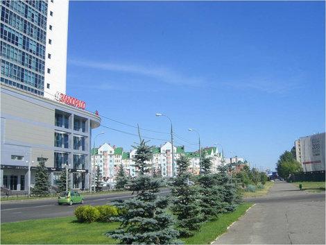 Здание торгового центра слева, вид на улицу Спартаковскую