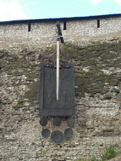 Декоративная композиция «В память победы дружины Александра Невского на Чудском озере в 1242 году» — гигантский меч и металлическое знамя-хоругвь.