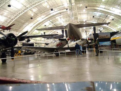 В зале современной авиации.