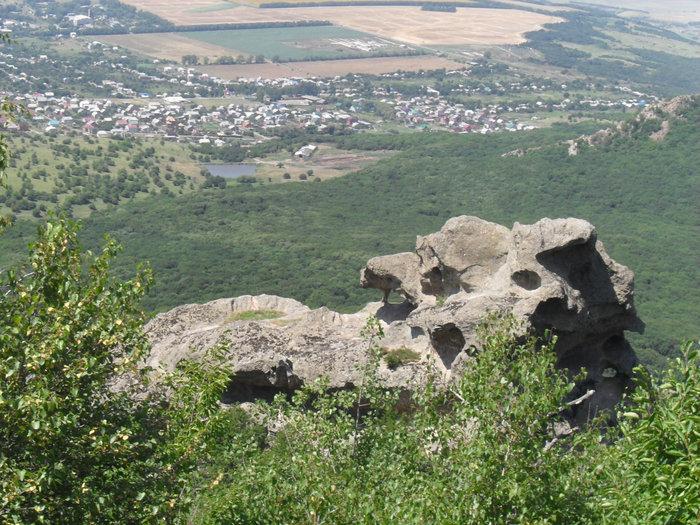 поселок Острогорка и скалы
