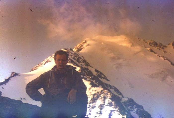Сергей Бачманов в день восхождения на фоне г.Сырхубарзонд.