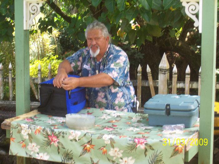 Водитель-гавайец готовит обед