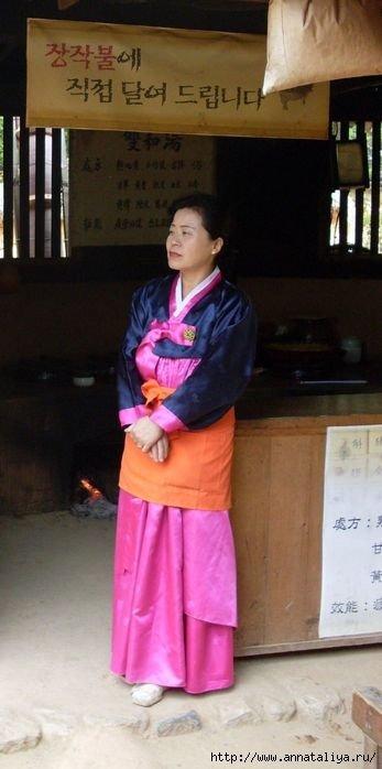 Женщина в национальной корейской одежде