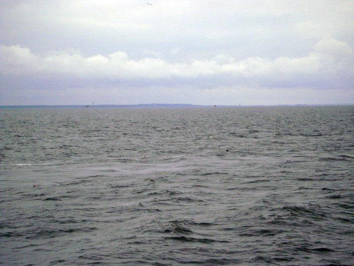 Волны бились о борт корабля.