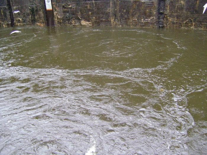 В шлюзовой камере забурлила вода, по ней пошли круги.