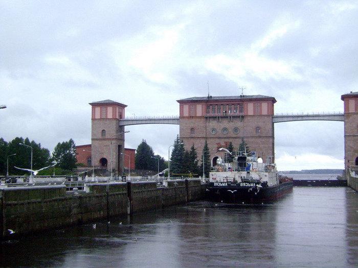 Теплоход поднялся в шлюзовой камере на 18 метров – на уровень Рыбинского водохранилища. С палубы вознесенного ввысь теплохода открывался прекрасный вид на гидросооружения.
