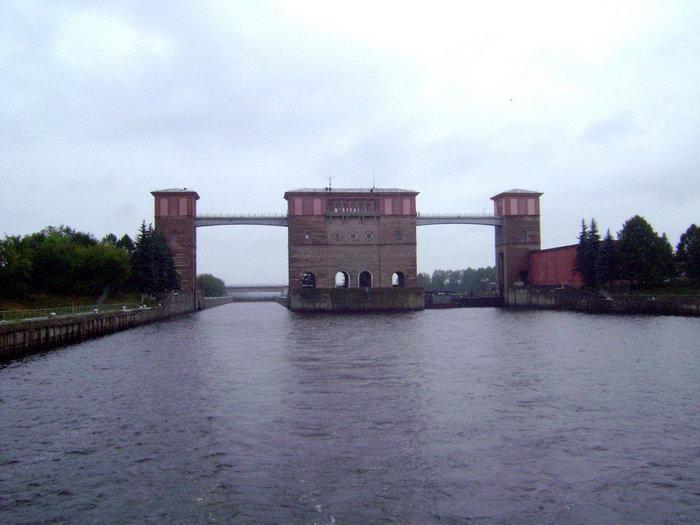 Двухкамерные рыбинские шлюзы с тремя шлюзовыми башнями замечательно смотрятся со стороны водохранилища.